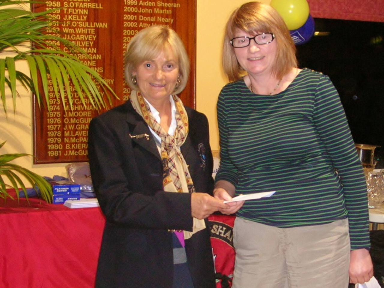 Lady Captain Mary King presents Second Prize in Grafters Stableford to Mary Molloy