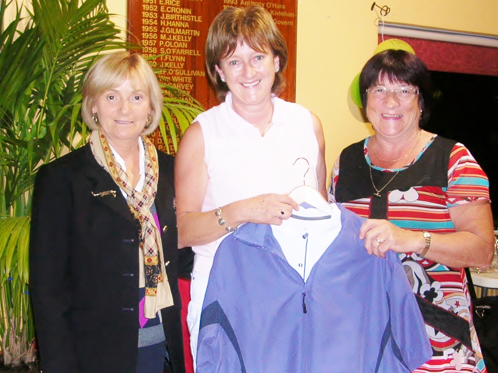 Lady Captain Mary King and Teresa Kenoy present Renee Dolan with First Prize in Sam Beag