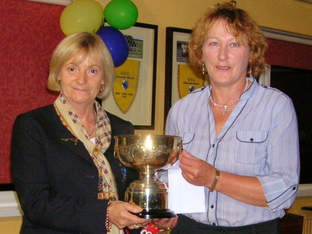 Lady Captain Mary King presents Lynch Cup 2012 to Carmel Stritch