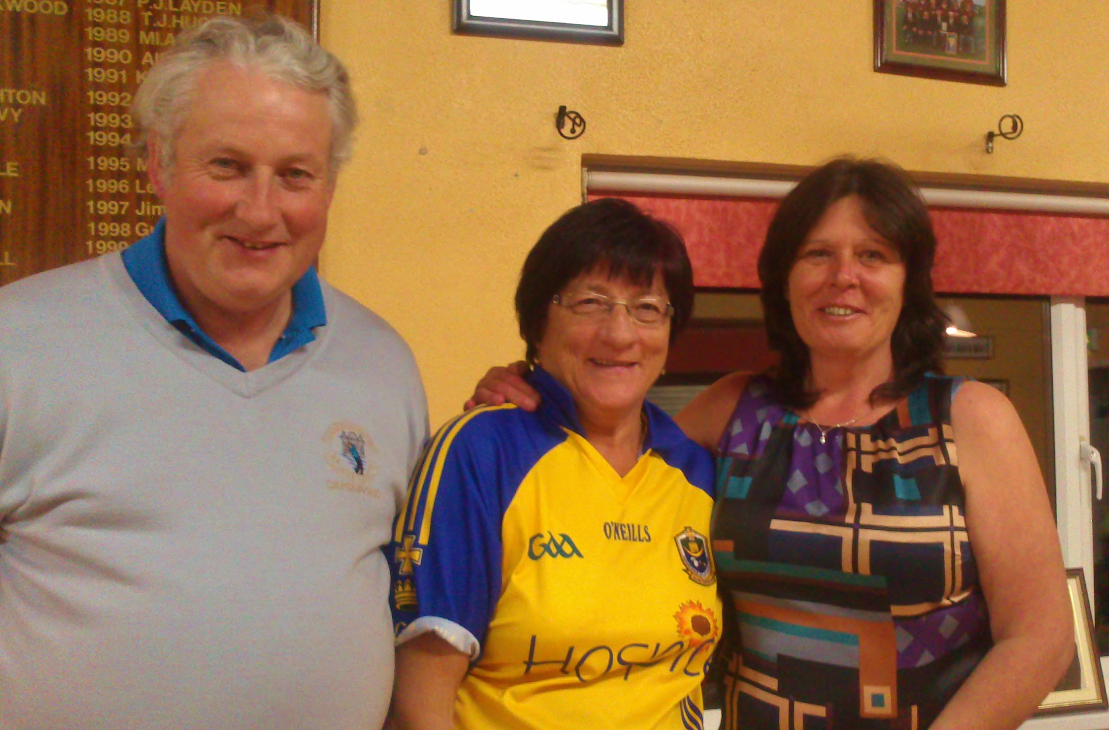 Captain Oliver Curran and Sam Beag Sponsor present Ladies First Prize to Brenda Kelly